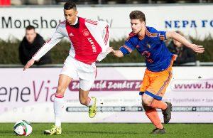 ROTTERDAM , 23-01-2016 , Sportpark Varkenoord , B Junioren Eredivisie , seizoen 2015 / 2016 , voetbal , Feyenoord B1 - Ajax B1 , Ajax B1 speler Gianni Jessurun (l) Feyenoord B1 speler Niklas Blesgraaf (r)